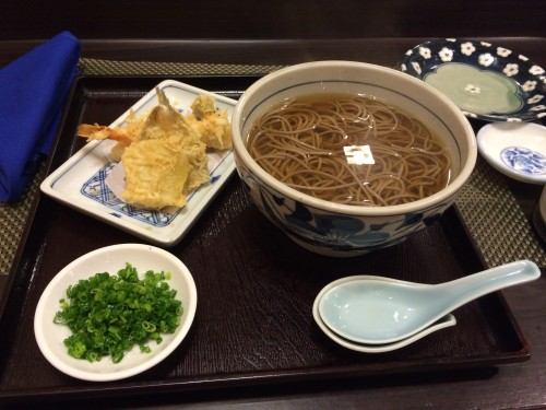 Hot soba with tempura and chopped spring onions